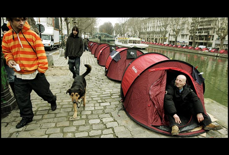 Tents_on_canal
